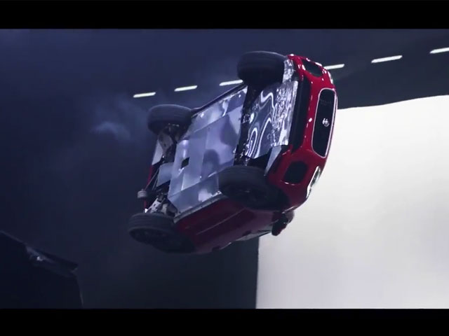 Nouveau-Jaguar-E-PACE-Tonneau-Guinness-video.jpg