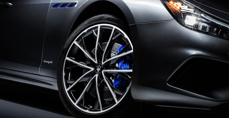 Avec ses trois ouïes latérales et ses étriers de freins bleus, la Ghibli Hybrid ne passe pas inaperçue.
