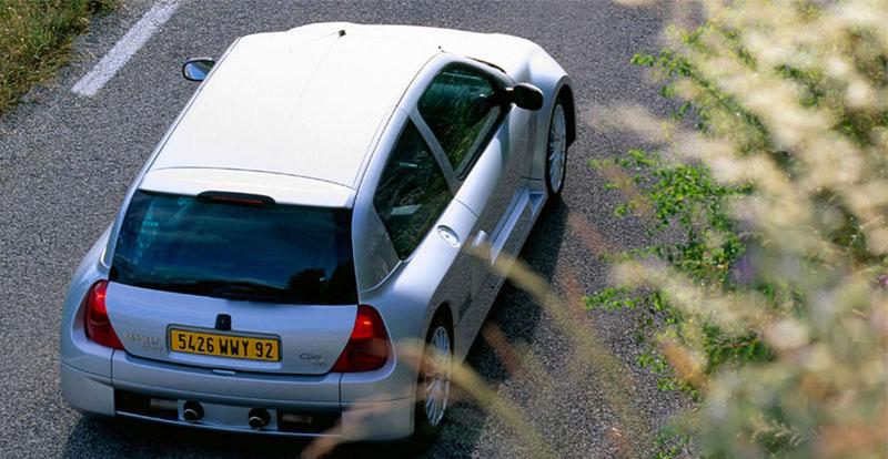 Vingt ans après la R5 Turbo, la Clio V6 a repris la recette : (gros) moteur à l\'arrière et entrées d\'air latérales XXL !