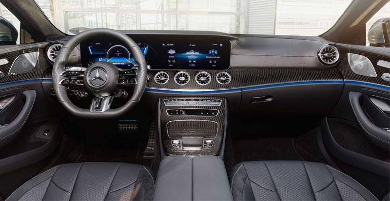 A bord, on note l'adoption d'un nouveau volant, mais aussi de selleries en cuir et d'inserts en bois précieux inédits.
