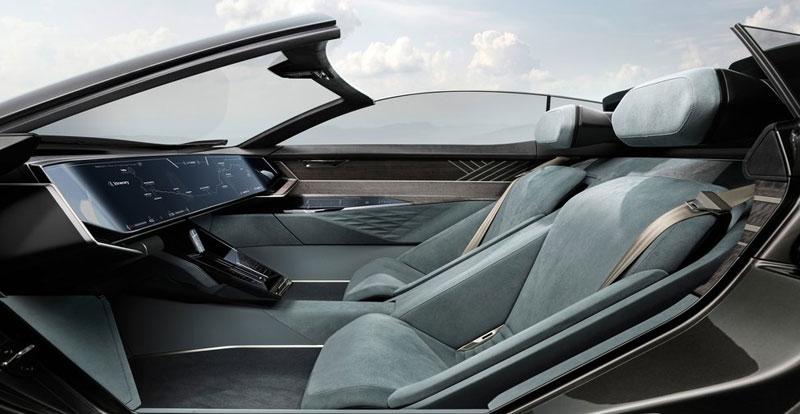 La planche de bord peut être totalement effacée lorsque le skysphere se transforme en GT autonome.